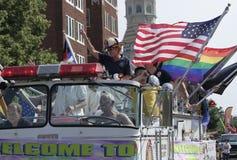 有美国人和彩虹旗子的五颜六色的老装饰的救火车在Indy自豪感 图库摄影