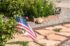 有美国国旗和花的石板走道 免版税库存图片
