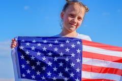 有美国国旗的十几岁的女孩 免版税库存照片