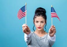 有美国国旗的年轻女人 库存照片