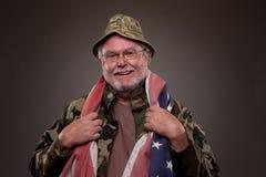 有美国国旗的微笑的越南退伍军人 免版税库存照片