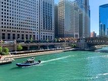 有美国国旗的水警艇在芝加哥河 免版税库存图片