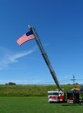 有美国国旗的消防队引擎 库存图片