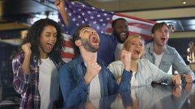 有美国国旗的激动的体育迷庆祝国家队的胜利  影视素材