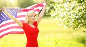 有美国国旗的爱国的少妇 免版税库存图片