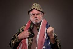 有美国国旗的生气的越南退伍军人 免版税库存照片