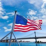 有美国国旗的纽约曼哈顿桥梁 免版税库存照片