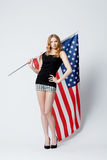 有美国国旗的美丽的白肤金发的女孩 免版税库存照片
