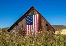 有美国国旗的被风化的红色谷仓 免版税库存图片