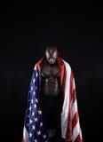 有美国国旗的赤裸上身的肌肉人 库存照片