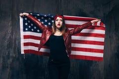 有美国旗子的女孩在后面后 图库摄影