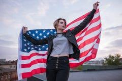 有美国旗子的女孩在后面后 免版税库存图片