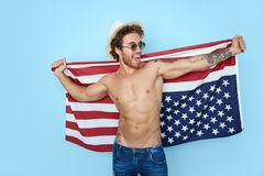 有美国旗子的快乐的人 免版税库存图片