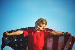 有美国旗子的爱国者男孩 图库摄影