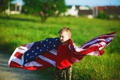 有美国旗子的爱国者男孩 免版税库存照片