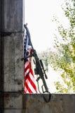 有美国横幅的狙击步枪 图库摄影