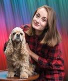 有美国西班牙猎狗的俏丽的女孩 库存照片