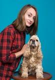 有美国西班牙猎狗的俏丽的微笑的女孩 免版税库存图片