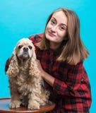 有美国西班牙猎狗的俏丽的微笑的女孩 库存照片