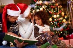 有美国黑人的年轻的家庭圣诞节片刻 库存照片