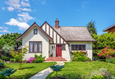 有美好环境美化的舒适房子 免版税库存图片