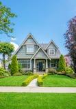 有美好环境美化的舒适房子 免版税库存照片