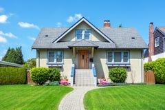 有美好环境美化的舒适房子 库存照片