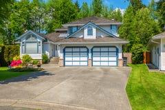 有美好环境美化的蓝色房子 免版税库存图片