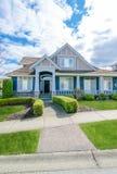 有美好环境美化的蓝色豪华房子 免版税图库摄影