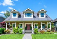 有美好环境美化的豪华房子在一个晴天 库存图片