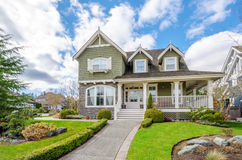 有美好环境美化的豪华房子 免版税库存图片