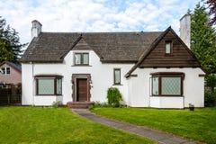 有美好环境美化的豪华白色房子 库存照片