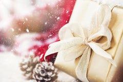 有美好的丝带和弓的金黄礼物盒在明亮的发光的背景 库存照片