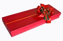 有美好的丝带弓的红色当前箱子在白色背景 库存图片