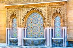 有美好的五颜六色的锦砖的摩洛哥样式喷泉在M 库存图片