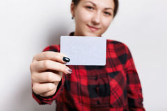 有美好的修指甲的一名妇女,拿着与拷贝空间的一张空白的名片您的增进内容的 一时髦的businesswom 库存照片