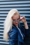 有美好的出现和长的头发的年轻美丽的微笑的白肤金发的女孩 一名妇女的画象有长的头发和惊奇的看 库存图片