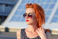 有美好的出现的年轻美丽的女孩 有一张俏丽的面孔的红发妇女在日落 迷住,微笑的妇女画象 免版税库存照片