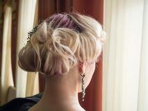 有美好的发型的与头发细节辅助部件,特写镜头背面图年轻白肤金发的妇女 免版税图库摄影
