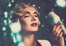 有美好的发型的端庄的妇女 免版税库存图片