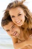 有美好的夫妇的乐趣海边 库存图片