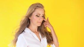 有美好的头发风黄色的女孩 股票视频