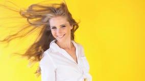 有美好的头发风黄色的女孩 影视素材