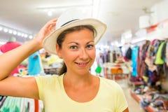 有美好的微笑的妇女在商店 图库摄影