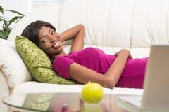 有美好的微笑的愉快的年轻非裔美国人的妇女 免版税库存图片