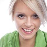 有美好的微笑的白肤金发的妇女 免版税图库摄影