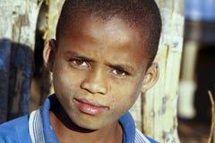 有美好的微笑的逗人喜爱的非洲男孩 库存照片