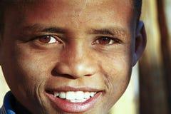 有美好的微笑的逗人喜爱的非洲男孩 库存图片