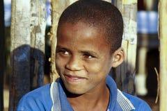 有美好的微笑的逗人喜爱的非洲男孩 免版税库存照片