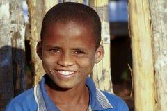 有美好的微笑的逗人喜爱的非洲男孩 免版税库存图片